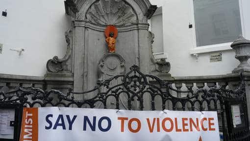 Le Manneken-Pis Dans Un Costume Contre Les Violences Faites Aux Femmes